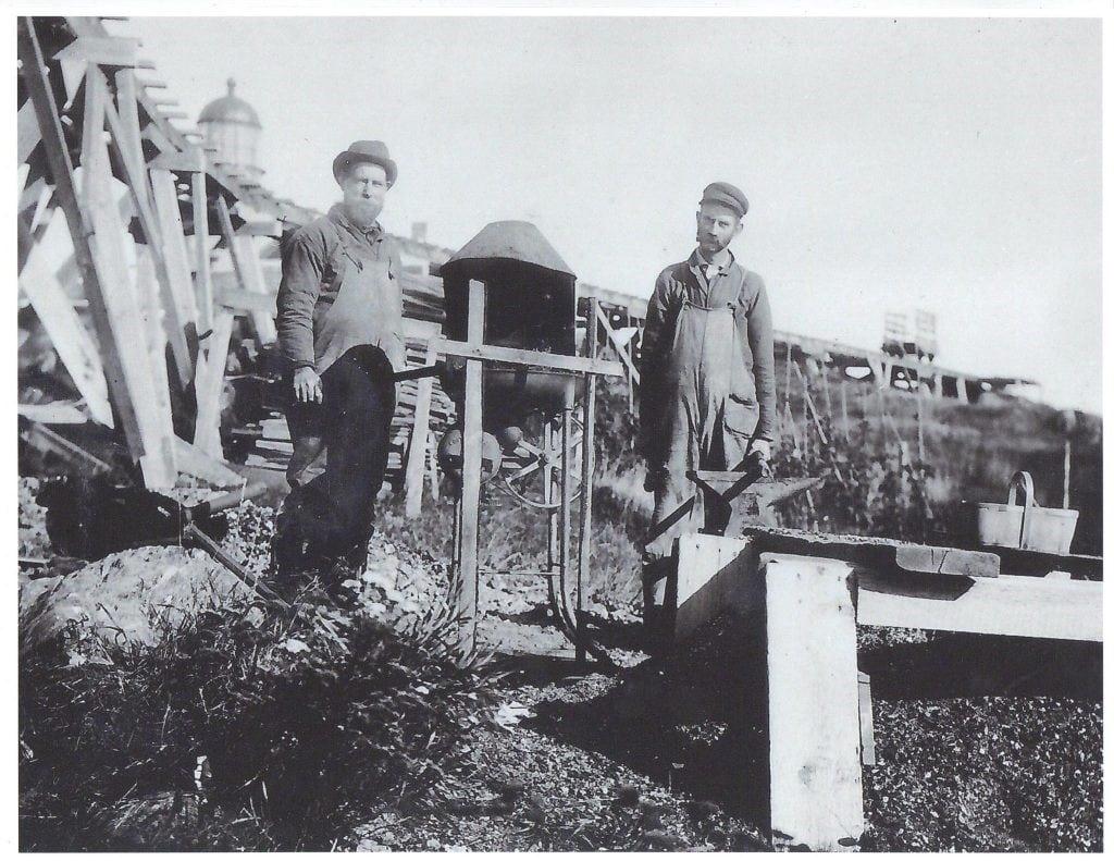 Trabajadores en la construcción del faro